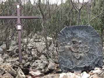Via Crucis Medjugorje Jesús despojado de sus ropas