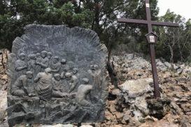 Via Crucis Medjugorje Jesús es clavado en la cruz