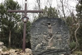 Via Crucis Medjugorje Jesús muere en la cruz