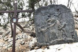 Via Crucis Medjugorje Jesús es bajado de la cruz