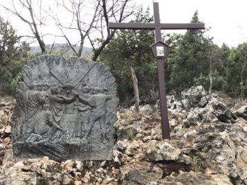Via Crucis Medjugorje Jesús con su madre la Virgen