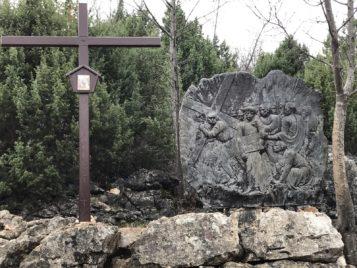 Via Crucis Medjugorje El cireneo carga con la cruz