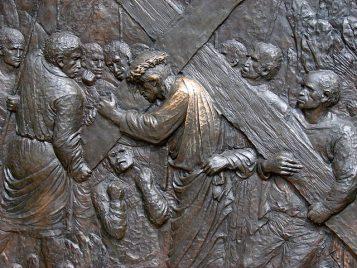 Via Crucis: Jesús carga con la cruz